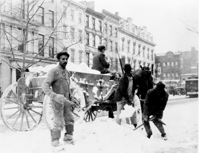 Workers clearing snow in Washington D.C. between 1909 and 1920